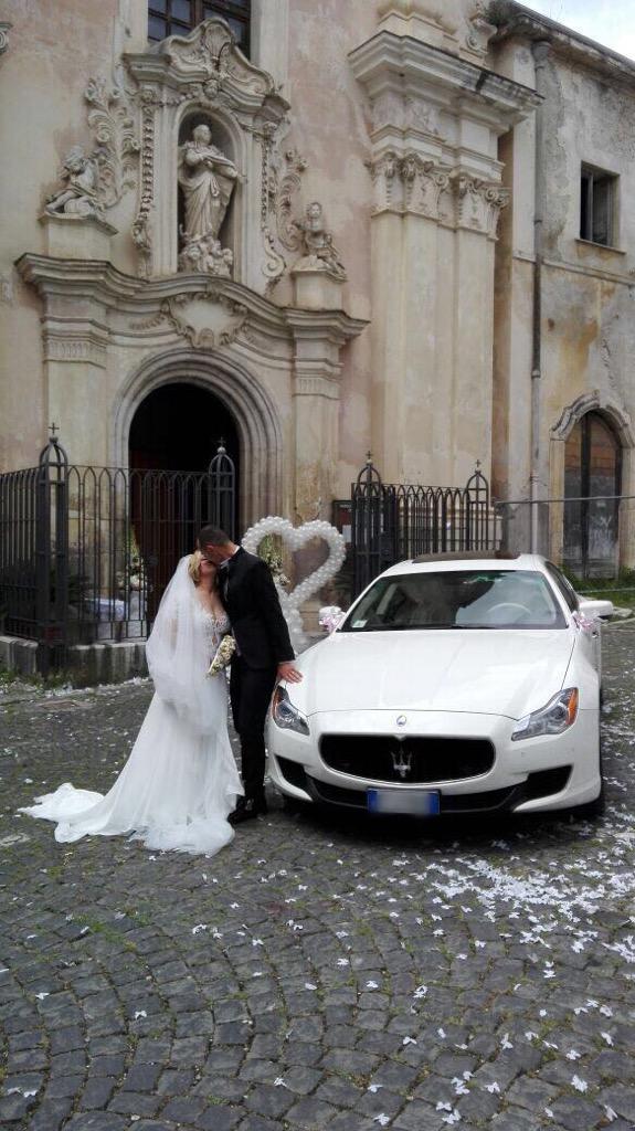 auto-sposi-Napoli_Q4-con-sposi_auto-matrimonio-Napoli