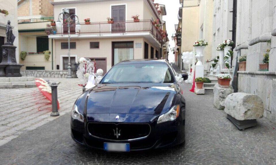 auto-sposi-Napoli_vettura-blu_auto-per-cerimonia-Napoli