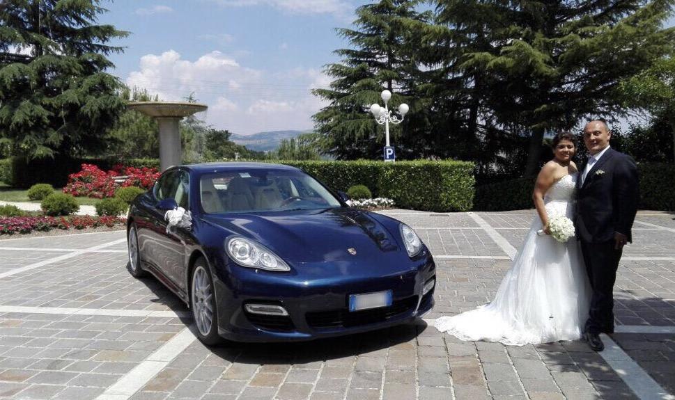 auto-sposi-Napoli_sposi-con-Panamera_noleggio-auto-cerimonie-Napoli