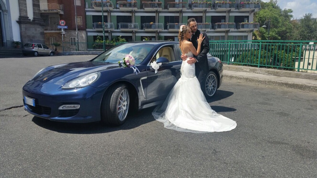Matrimonio Country Chic Campania : Sposi in porsche panamera meridiana