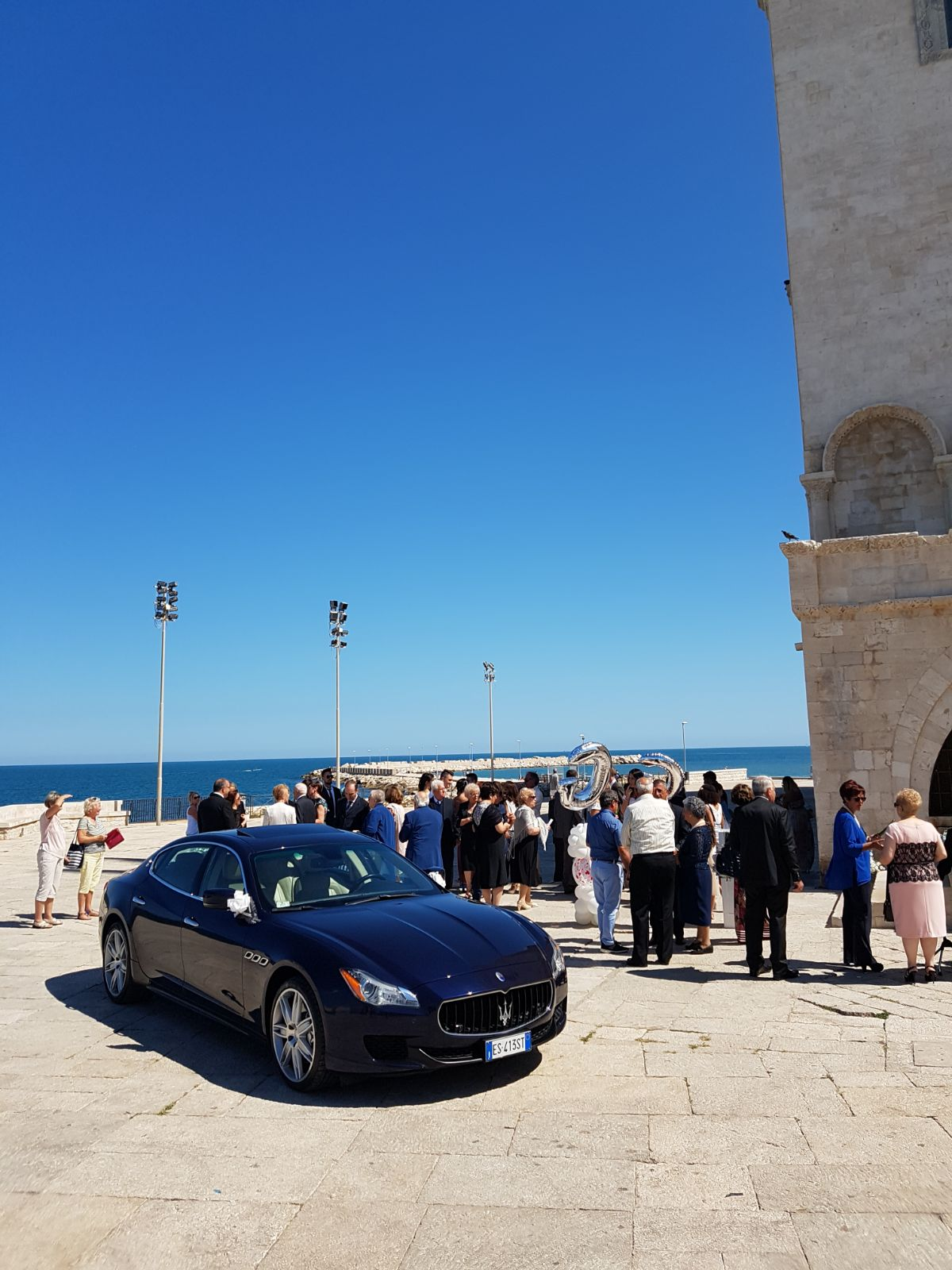 auto-sposi-Napoli_maserati-blu_noleggio-per-cerimonie
