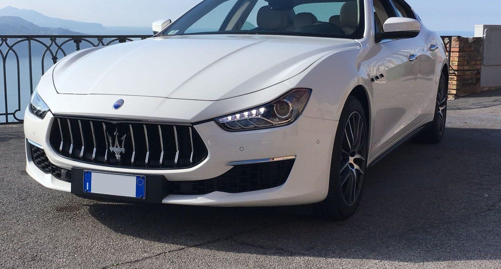 Maserati Ghibli ultimo modello o meglio definita Gran Lusso. Si tratta di una Maserati Bianca con interni avorio, frontale grintoso è adatta per qualsiasi tipo di esigenza.