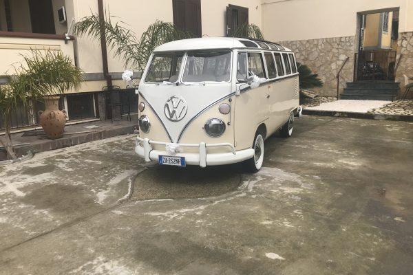Il pulmino T1 Bulli è una vettura degli anni 70 completamente ristrutturata per gli sposi che nel giorno del matrimonio vogliono lo stile vintage. Il pulmino e panna e bianco con all'interno un salottino per far accomodare gli sposi. Particolare fondamentale è il suo tetto apribile.