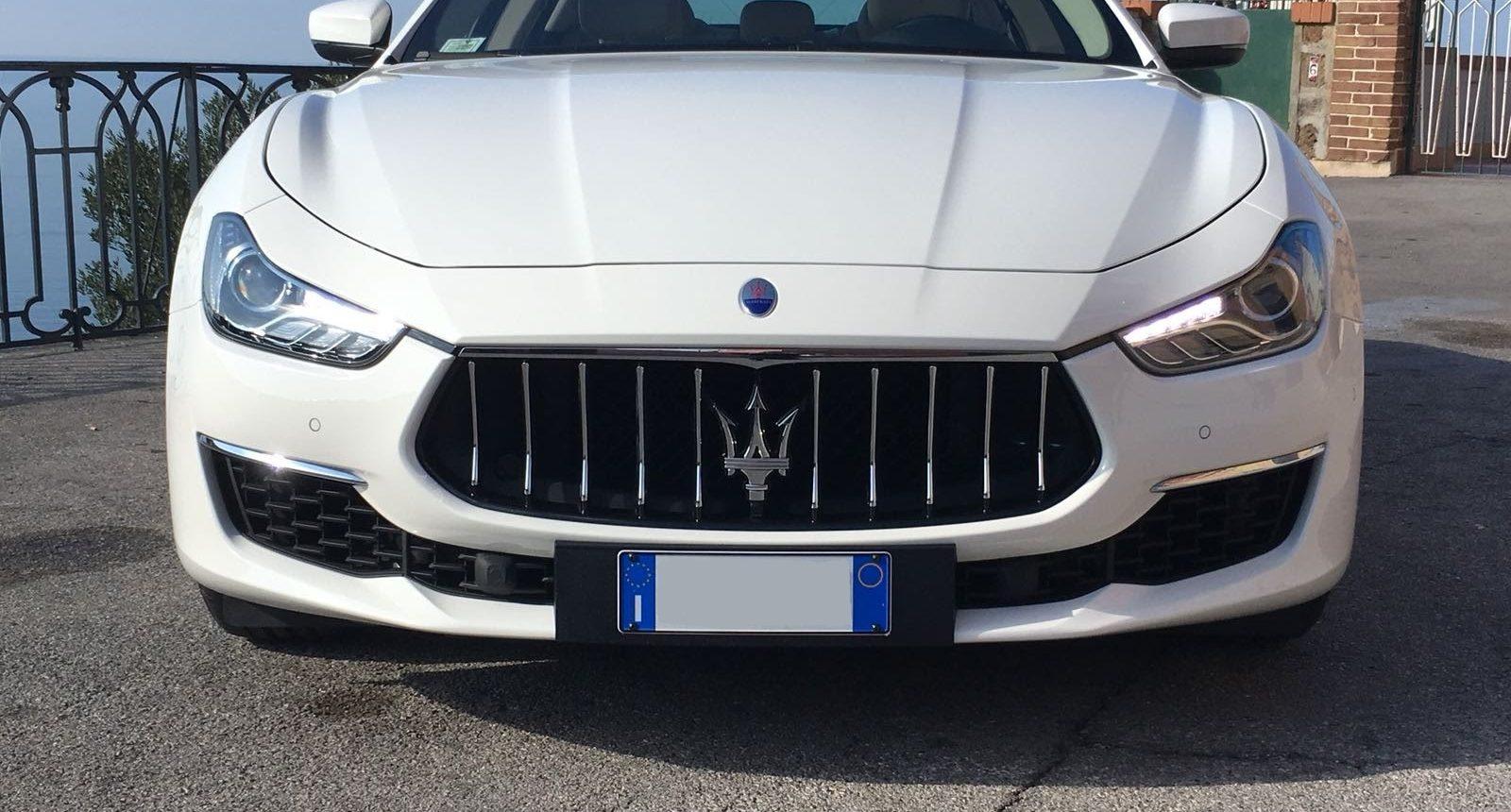 Frontale della nuova Maserati Ghibli Gran Lusso di colore Bianca con interni chiari. Auto molto comoda, fascino dell'eleganza con il tocco sportivo che regala il bellissimo marchio Maserati