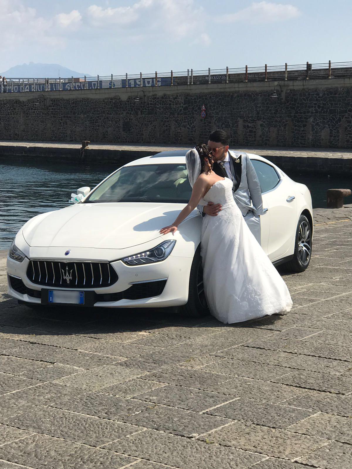 La magnifica Maserati Ghibli GRAN LUSSO che accompagna i magnifici sposi con delicatezza ed eleganza.
