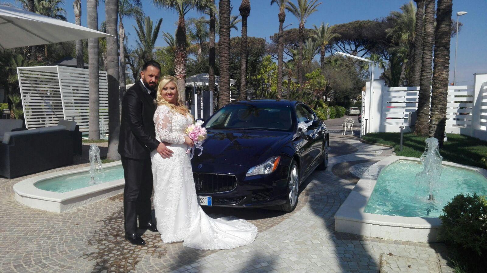 Oggi fantastico matrimonio con la Maserati Quattro Porte blu, che grazie al suo elegante colore ha esercitato il suo ruolo nei migliori dei modi. È davvero un'ammiraglia fantastica