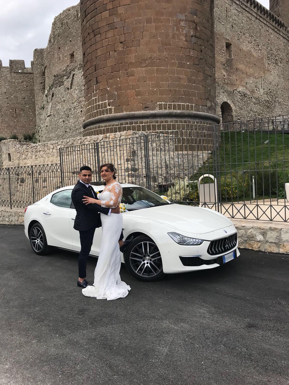 Foto con gli sposi al Castello di Lettere con la Maserati Ghibli GRAN LUSSO Bianca