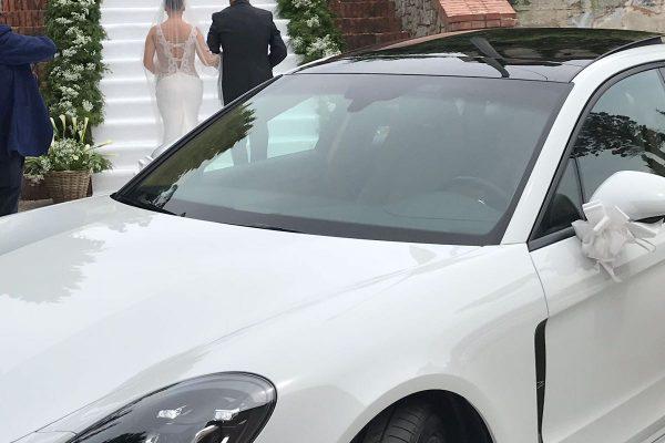 Bellissimo momento ripreso con una magnifica foto che mostra un momento impeccabile: l'arrivo in chiesa di una sposa con il papà. Una scala lunghissima con un tappeto bianco e una corona di giorni nei lati, la nostra auto che fa da cornice questo bellissimo momento...