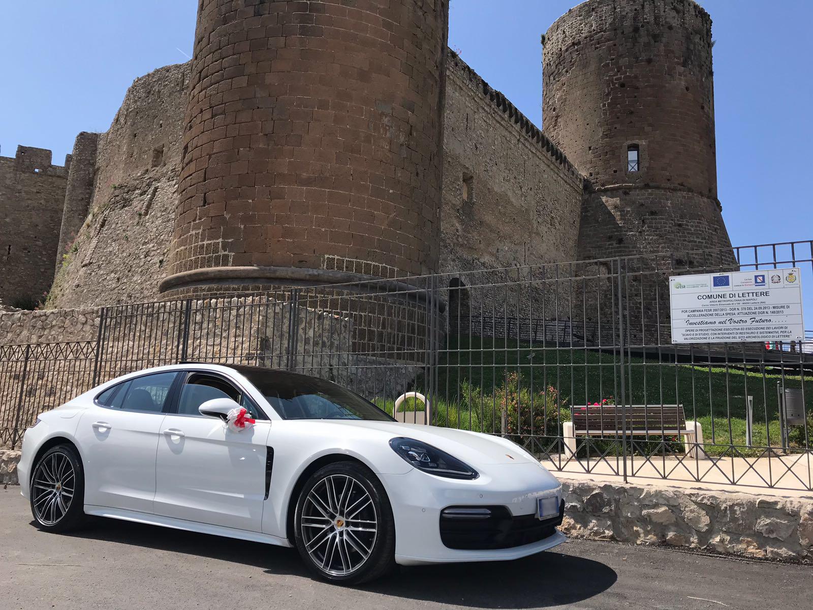 La nuova Porsche Panamera ultimo modello con interni chiari. Molto gettonata da tutti gli sposi di quest'anno.
