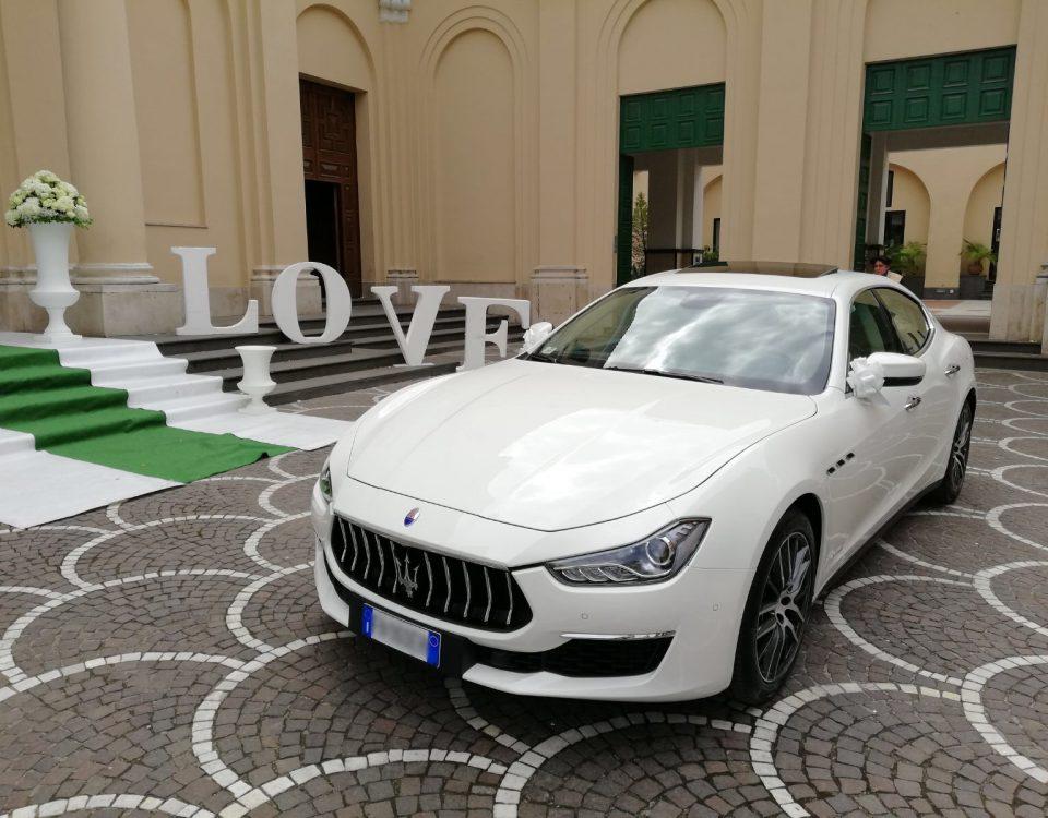 Nella foto c'è la nuova Maserati Ghibli, un auto molto elegante ma molto giovanile