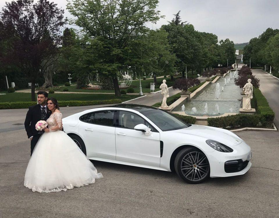 La foto rappresenta uno dei momenti che abbiamo vissuto insieme a due magnifici sposi. Qui in particolare ci troviamo a Villa Regina con la Nuova Porsche Panamera bianca.