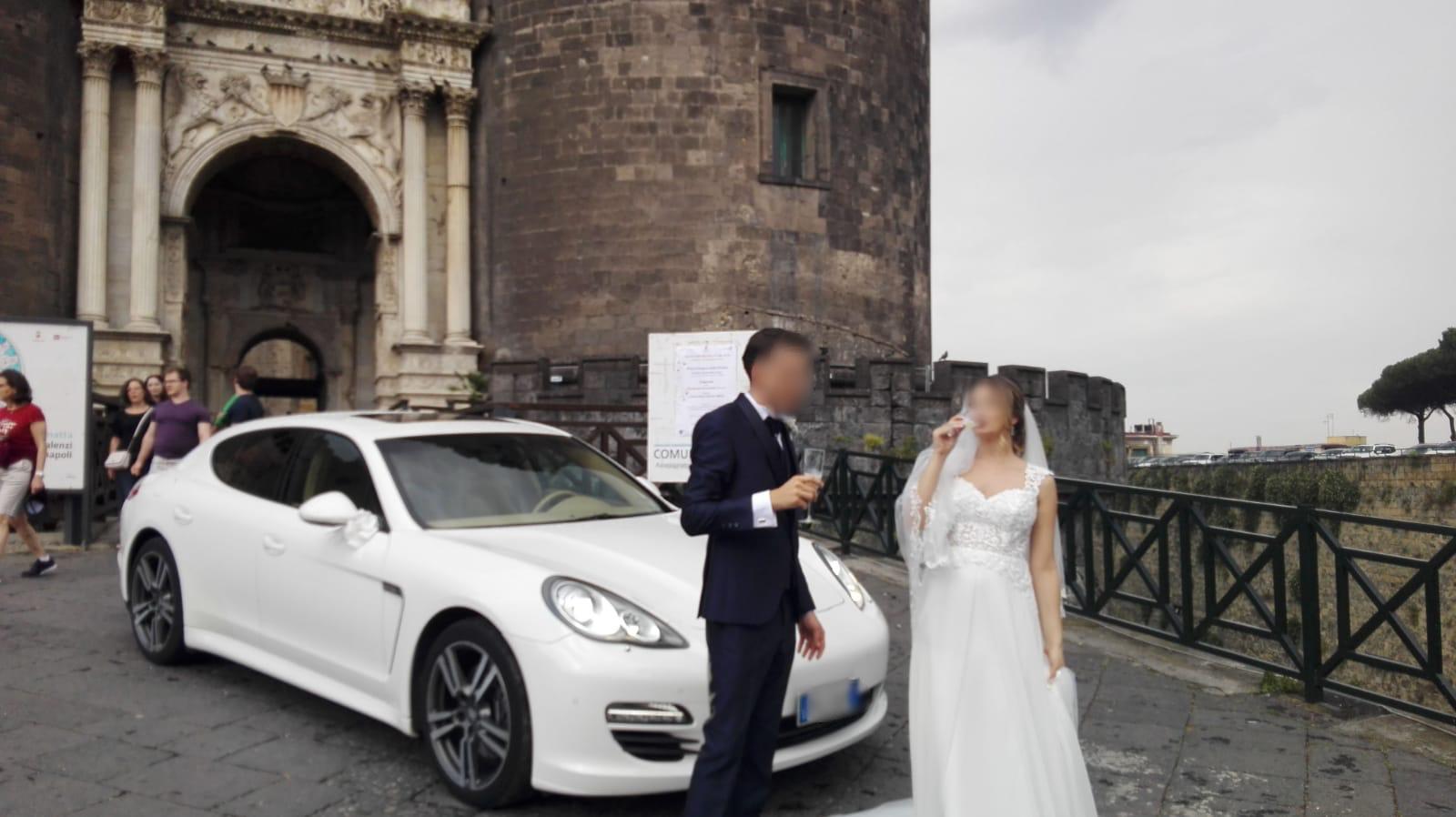 Ecco il momento della sposa che felicemente brinda con il suo sposo