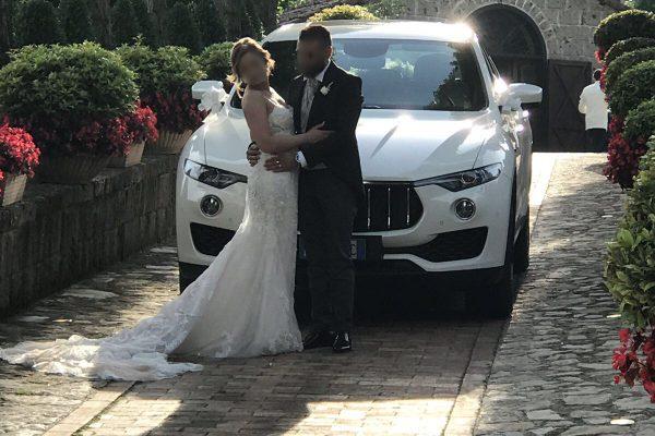 Maserati Levante che fa da sfondo a questa bellissima coppia di sposi.