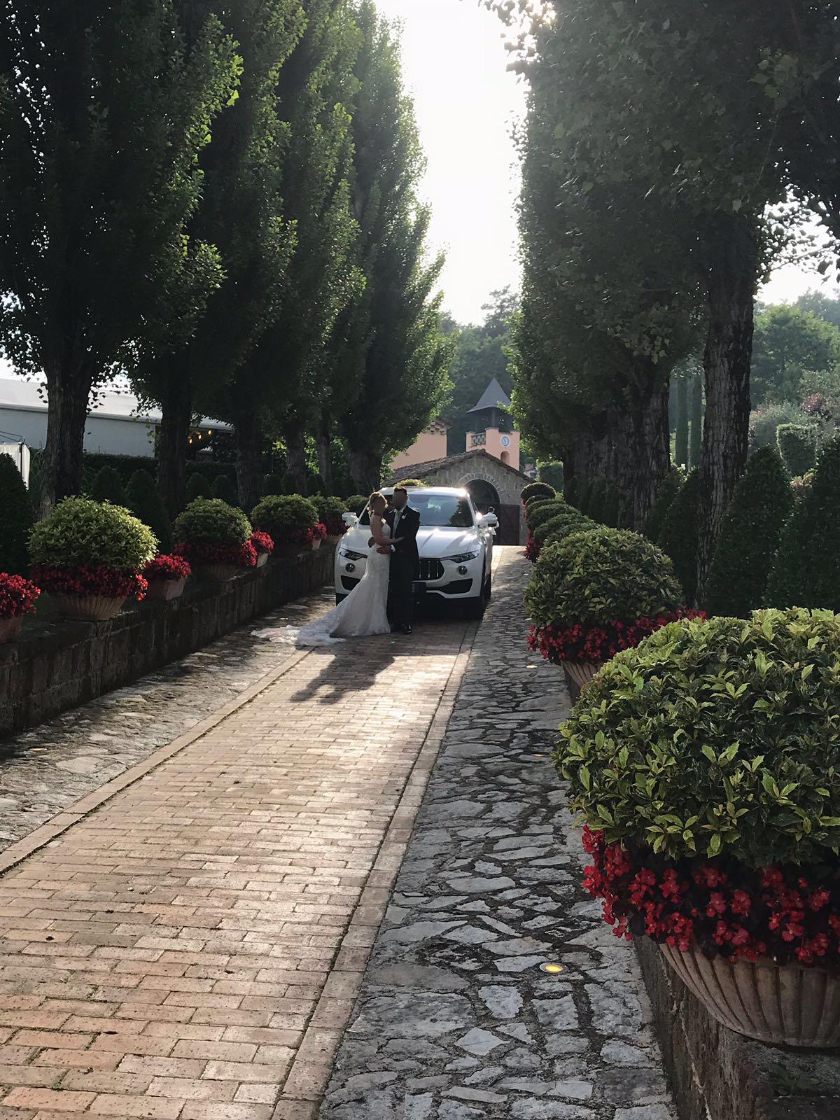 In foto la Nuova Maserati Levante accompagna una coppia di sposi che hanno scelto Meridiana Service.