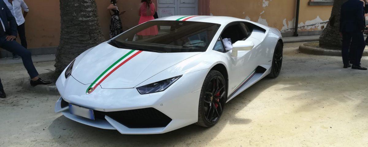 Nella foto la Lamborghini Huracan Bianca con un particolare bellissimo, la bandiera italiana sul davanti. P