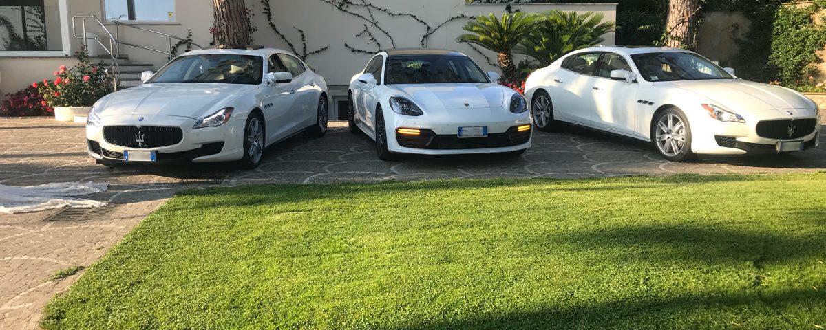 foto con al centro l'ultimo modello della Porsche Panamera e ai lati le Maserati Quattroporte.