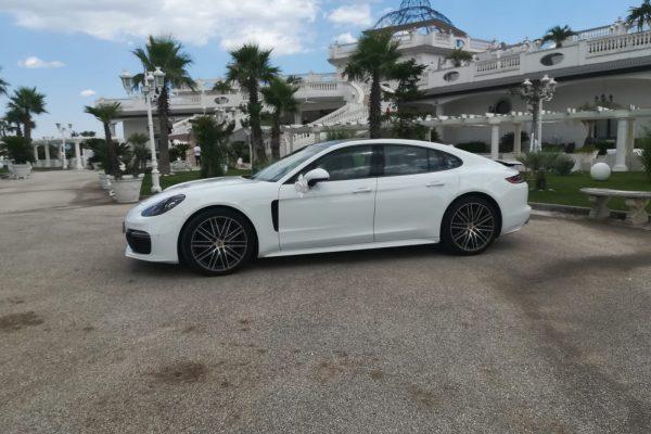 La Porsche è un auto di prestigio che con la sua bellezza emoziona e crea storie d'amore