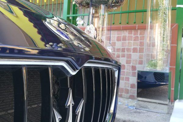 In foto c'è la Maserati Quattroporte che attende la sposa sotto casa. L'auto blu non è stata scelta per puro caso, ma per il magnifico tema di questo giorno meraviglioso. L'addobbo della casa della sposa e blu e anche il suo bouquet mantiene come tutto il colore e l'eleganza che questo strepitoso colore regala.