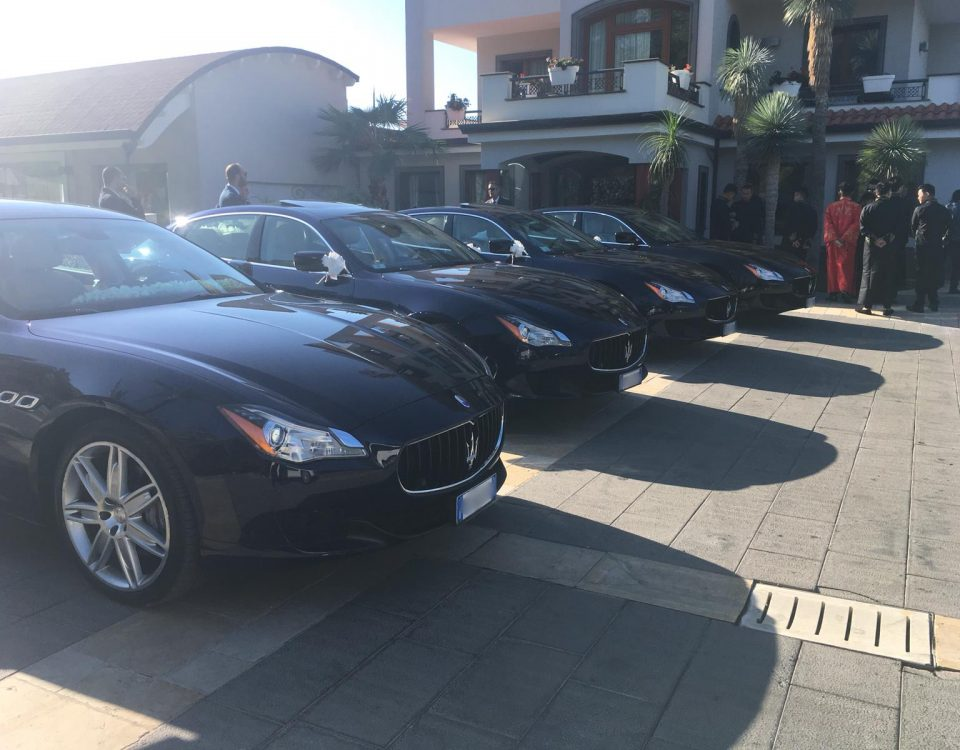 Una foto che rappresenta il matrimonio con le quattro Maserati per un solo matrimonio