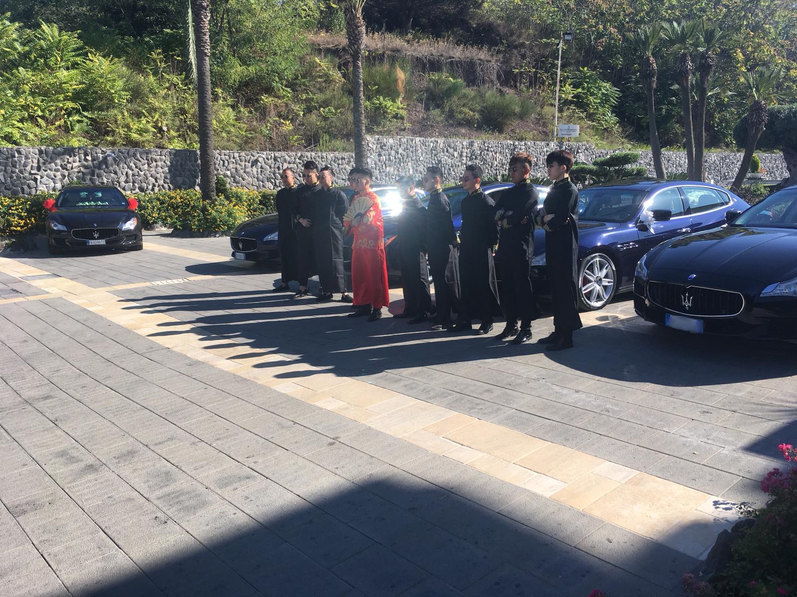 In questa foto ci sono le Maserati ammiraglia insieme agli sposi e testimoni. Un matrimonio molto particolare
