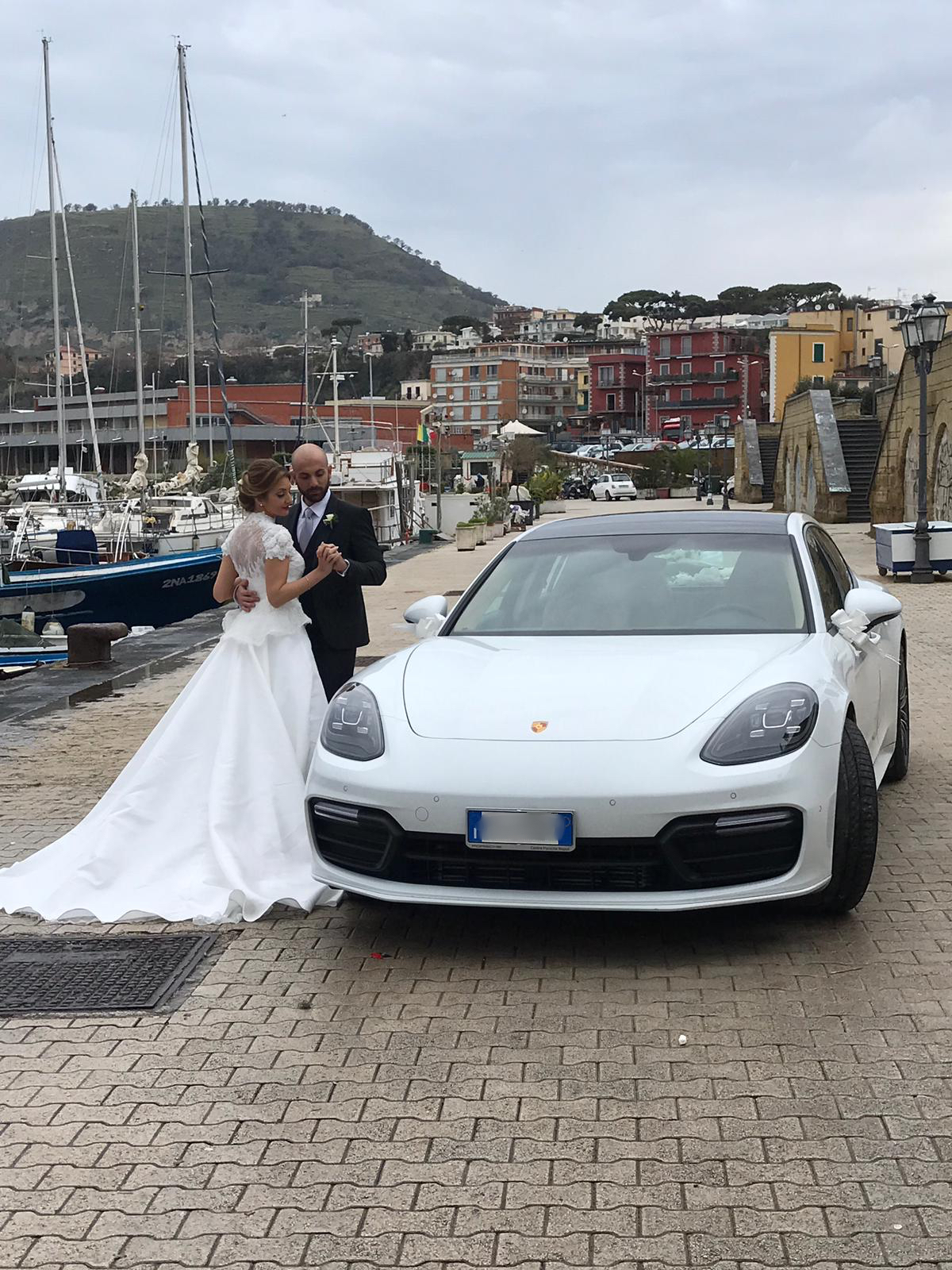 L'auto in foto è l'ultimo modello dellla Porsche Panamera. In particolare in foto c'e l'auto insieme ai nostri sposi che ci hanno scelto per il loro giorno più bello
